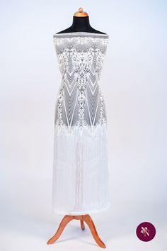 Dantelă albă pe bază din tulle rezistent de aceeași nuanță. Dantelă cu design baroc accesorizată cu franjuri. Modelul dantelei este realizat cu fir alb lucios iar franjurii sunt prinși în ambele părți. Dantela poate fi utilizată pentru confecționarea rochiilor de mireasă sau de ocazie. Formal Dresses, Model, Design, Fashion, Dresses For Formal, Moda, Formal Gowns, Fashion Styles