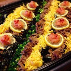 瓦そば(かわらそば)は、山口県下関市豊浦町の郷土料理だそう。 自宅でやる時は、いつもホットプレートです。 最後まで、カリっかり!のパリっぱり!で食べれるのでお薦めですよ〜!