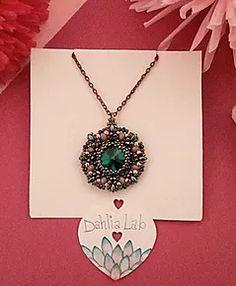 Ciondilo Dahlia Rosella. Da un'attenta e ricercata combinazione di perline, nasce la collezione di ciondoli Dahlia, ispirata dalle diverse ed uniche varietà di dalia nel mondo