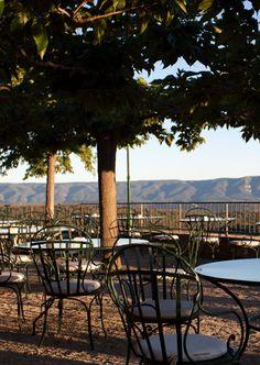C'est la fin de l'après-midi, le soleil caresse les montagnes du Luberon, installez-vous confortablement en terrasse et savourez les rafraîchissements de notre bar... Spa Luxe, Provence, Patio, Bar, Lifestyle, Outdoor Decor, Home Decor, Mountains, Sun