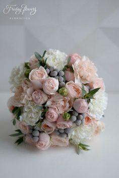 Amazing classic wedding bouquet with pink garden roses and silver grey brunia balls. Very elegant and classy. Классический букет невесты в нежных тонах с пионовидными розами и брунией.