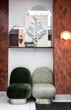 Des carreaux de ciment couleur terracotta, des sièges couverts de velours vert feuillage et un herbier encadré… Pas de doute, la nature a trouvé sa place à l'hôtel Henrietta.