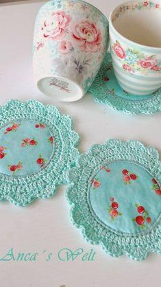 Anca´s Welt: Greengate,Marmelade,und…… - Mache El Selbst - Do it Your Own - 2018 Anca´s Welt - need to get me a piercing hook! Crochet/Fabric Coasters via AncasWelt Adaptando um ótimo jogo americano - fabric and crochet coasters by Anca Die Welt vo Crochet Fabric, Crochet Quilt, Crochet Home, Love Crochet, Crochet Gifts, Crochet Doilies, Crochet Yarn, Crochet Coaster, Crochet Edgings