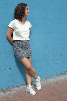 Camiseta en algodón orgánico diseñada y fabricada en Barcelona, algodón turco con certificación GOTS. Corte femenino y casual.  Moda sostenible. Barcelona, Organic Cotton, Sequin Skirt, Sequins, Skirts, T Shirt, Fashion, Cotton T Shirts, Sustainable Fashion