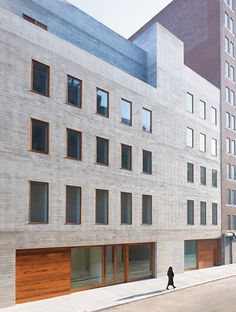American agency Selldorf Architects has imagined, in David Zwirner's art gallery in New York. This building offers a concrete facade and teak paneli Concrete Architecture, Contemporary Architecture, Interior Architecture, Contemporary Artists, Chelsea New York, Brick Facade, Concrete Facade, Facade Design, Pergola Plans
