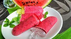 Omyté jahody a pokrájený meloun umixujeme s kefírem, cukrem, nasekanou mátou, citronovou šťávou. Zlehka vmícháme chia semínka. Naplníme formičky...