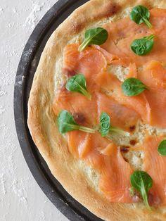 Comme je le précisais dans la recette précédente, la pizza au chorizo, lorsque je réalise ma pâte à pizza, je fais deux pâtons, donc deux pizzas. Voici donc aujourd'hui la pizza au saumon, puisque j'adore le saumon fumé.