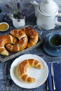...konyhán innen - kerten túl...: Vajas kifli Croissant Bread, Bread Bun, Bread Rolls, Salty Snacks, Food Photo, Bagel, Doughnut, Bread Recipes, Food And Drink