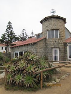 One of the many houses that owned the famous comunist poet Pablo Neruda, this one located in Isla Negra, by the sea near Santiago Pablo Neruda, End Of The World, Travel Around The World, Jamaica, Equador, World Heritage Sites, Nice View, The Good Place, Travel Destinations