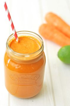 This carrot and apple juice is refreshing and delicious. It's sweetened with apple and flavoured with lime and ginger. Best Smoothie Recipes, Juicer Recipes, Good Smoothies, Raw Food Recipes, Brunch Recipes, Nutribullet Recipes, Smoothie Popsicles, Juice Smoothie, Smoothie Drinks