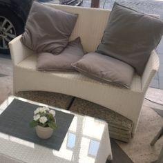 Egy párnákkal teli kanapén lehet heveredni jóllakottan a Gustolato étterem teraszán - Budapest, Hercegprímás utca