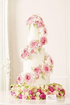 Elegant Peony Garland | Artistic Wedding Cake http://www.pinterest.com/modestbride/