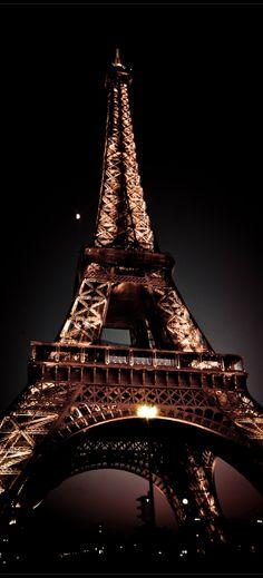 Lҽ Ꮥaɭoɲ ɖų Ꮳɧoƈoɭaʈ   Eiffel Tower, Paris
