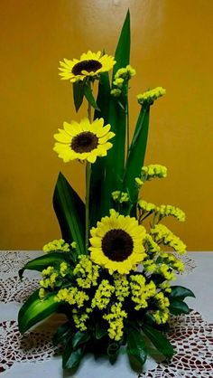 Beautiful Sunflower Arrangement Center Pieces Easy To Ma.- Beautiful Sunflower Arrangement Center Pieces Easy To Make It Guardar - Contemporary Flower Arrangements, Creative Flower Arrangements, Tropical Floral Arrangements, Large Flower Arrangements, Flower Arrangement Designs, Flower Centerpieces, Tropical Flowers, Flower Decorations, Small Flowers