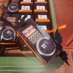 Comparte tus momentos #condeduquegente con nosotros. @clavedete  #EdiciónLimitada cajita de #Halloween con una mini #mermelada @cucumigjams  de calabaza #té negro con zarzamora y verde con limón. No te quedes sin ella!! Halloween #LimitedEdition #giftbox it contains a small pumpkin #jam black #tea with blackberry and #greenTea with lemon. Don't miss it!! #HalloweenIsComing #yummy #kawaii #regalito #capricho #golosos #Madrid #CondeDuque #CondeDuqueGente #tealife