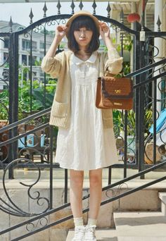Super simple casual outfit. Straw hat, cream oatmeal cosy cardigan, loose fitting dress, small brown bag. Mori girl natural kei.