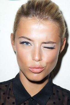 great makeup.   (matte white e/s, cat-eyed liner, peachy lips, falsies and loads of cream highlighter and bronzer)