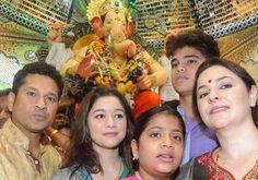 क्रिकेट में भगवान कहे जाने वाले सचिन तेंदुलकर अपने पूरे परिवार के साथ गणेश चतुर्थी पर मुंबई के सिद्धिविनायक मंदिर पहुंचे. बप्पा का आशीर्वाद लिया. परिवार साथ सेल्फी ली दो घंटे में 8 लाख लाइक्स मिले.