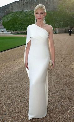 The queen of Hollywood glamour. This is what Cate Blanchett wore to Windsor Castle. The sleek Ralph Lauren Collection channelled a minimalist vibe, while gemstone drop earrings added a welcome dose of glamour and balanced the bare, off-the-shoulder cut. Evening Dresses, Prom Dresses, Formal Dresses, Wedding Dresses, Dress Prom, Elegant Evening Gowns, Reception Dresses, Evening Attire, Sheath Dresses