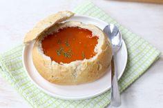 Romige tomatensoep in een broodje