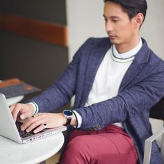 Put on your #HuaweiWatch for a stylish day at the office.  #MakeitPossible #LiveHuawei #HuaweiXZalora #WearHuawei #StyleMeetsTech