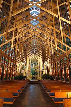 E. Fay Jones, noted architect and apprentice to Frank Lloyd Wright, unveiled the Thorncrown Chapel https://www.facebook.com/Arquiclick .