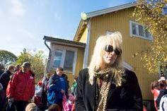 TS/Mari Lehto<br />Michael Monroe piipahti eläinhoitolassa avoimien ovien päivänä. - Tehkää jotain eläinten hyväksi, älkääkä vain puhuko siitä, Monroe sanoi.