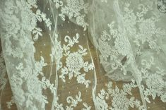 * Aggraziato e squisita off bianco tessuto di pizzo alencon, in colore panna. Cavo filo è tutto fatto a mano. * Larghezza è circa 140cm/55 , al prezzo è una iarda, ulteriori quantitativi saranno tagliati in un unico pezzo. * Ogni modello di fiore è circa 15 x 17 cm. Il tessuto è pieno