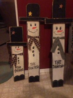 Christmas Snowman Made From Wood Christmas Wood Crafts, Pallet Christmas, Christmas Signs, Christmas Snowman, Diy Christmas Gifts, Christmas Projects, Holiday Crafts, Christmas Ornaments, Wood Snowman