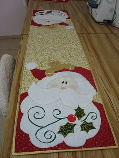24 Best Ideas For Christmas Tree Skirt Felt Table Runners Christmas Patchwork, Felt Christmas, All Things Christmas, Christmas Time, Christmas Quilting, Table Runner And Placemats, Quilted Table Runners, Christmas Sewing Projects, Holiday Crafts