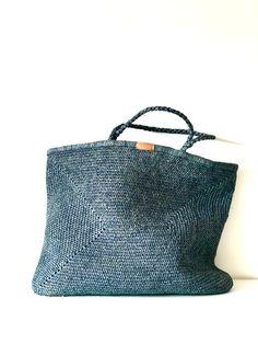Bolsa SANDA maxi / SANDA maxi bag | Cosmen & Company Crochet Handbags, Crochet Purses, Knitted Bags, Lana, Fiber, Weaving, Stitch, Tote Bag, Knitting