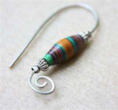 brincos / Jewelry Making Tutorials Learn How To Make Jewelry - Beading & Wire Jewelry Classes : How to Make Paper Bead Earrings Make Paper Beads, Paper Bead Jewelry, How To Make Beads, Wire Jewelry, Jewelry Crafts, Beaded Jewelry, Jewlery, Paper Beads Tutorial, Gold Jewelry