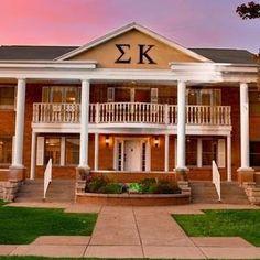 Sigma Kappa house at Missouri State Delta Upsilon :) Fun memories here! Total Sorority Move, Sorority Row, Sorority Life, Sorority Houses, Sigma Kappa, Go Greek, Greek Life, Delta Upsilon, University Of Denver