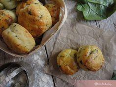 Ki mondta, hogy a spenót nem jó sütibe?:) Ez a pihe-puha túrós pogácsa például teljesen új ízzel gazdagodik a friss, fokhagymás spenóttal.