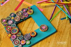 : Upcycled Rolled Paper F - Diy Crafts Recycled Magazines, Recycled Crafts, Recycled Jewelry, Frame Crafts, Diy Frame, Crafts To Sell, Diy And Crafts, Sell Diy, Handmade Crafts