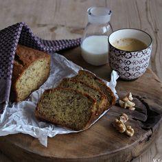 stilleben med banabrød, kaffe, melk og nøtter