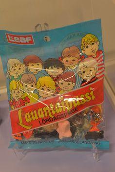 Lauantai karkkipussi Leafin logolla. Lauantai karkkipussia valmistettiin Merijalilla 1980-luvun alusta lähtien. Mukana pusseissa oli leijonahahmolla varustettuja keräilytarroja. Kuuluiko Lauantaipussi sinun viikonloppuherkkuihisi? Luuppi, Oulu (Finland) Days Of Our Lives, My Childhood Memories, Toy Boxes, Back In The Day, Finland, Retro Vintage, Nostalgia, Old Things, Cool Stuff
