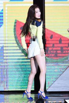 ( *`ω´) ιf you dᎾℕ't lιkє Ꮗhat you sєє❤, plєᎯsє bє kιnd Ꭿℕd just movє ᎯlᎾng. Red Velvet アイリーン, Red Velvet Irene, Pretty Asian, Beautiful Asian Women, Kpop Girl Groups, Kpop Girls, Red Valvet, Girls In Mini Skirts, Velvet Fashion