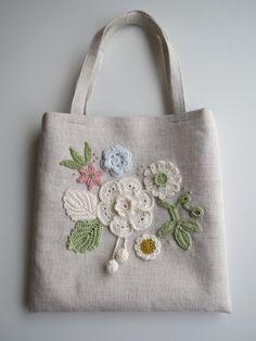 お花のモチーフ*リネンのミニバッグ(ホワイト)画像1 Patchwork Bags, Quilted Bag, Embroidery Purse, Brazilian Embroidery, Craft Bags, Jute Bags, Denim Bag, Fabric Bags, Cloth Bags