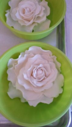 Extra large #edible #rose #flowers for one of this weekends custom #wedding #cake designs.