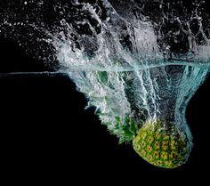 Скачать обои макро, вода, ананас, фрукт, черный фон, брызги, раздел макро в разрешении 1080x960