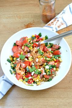 Crevettes cajun, petite salade salsa - Cajun prawns with spicy corn salsa