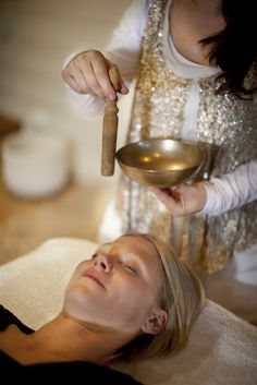 The fundamental principle underlying the theory of sound healing… Sound Healing, Self Healing, Alternative Therapies, Alternative Medicine, Chakras Reiki, Tibetan Bowls, Reiki Courses, Jesus E Maria, Sound Bath