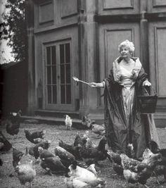 Deborah Cavendish nee Mitford, then Duchess of Devonshire, feeding her hens in a silk taffeta ballgown and wrap, photo by Bruce Weber, 1995 Ansel Adams, Old Pictures, Old Photos, The Duchess Of Devonshire, Mitford Sisters, Nancy Mitford, Bruce Weber, Coq, Looks Vintage