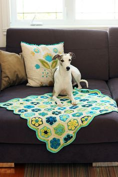 knitted by tanisfiberarts; seen on Ravelry; pattern is: African Flower Hexagon by Lounette Fourie & Anita Rossouw African Flowers, Granny Chic, Hexagons, Crochet Stitches, Ravelry, Blankets, Tutorials, Mood, Quilts