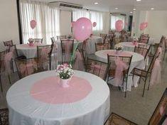 ideia para chá de bebê de menina, com tema de jardim. Muitos detalhes em flores e cor de rosa. As cadeiras receberam laço em tule rosa. O varal com as roupinhas foi um charme.