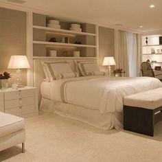tapete grande estantes em cima da cama