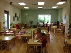 Goed om een grote open ruimte in de klas te hebben waar geen tafeltjes zijn. Daar heb je alle plek voor spel op de kleedjes!