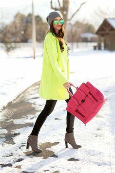 La mejor moda bloguera de la semana: Gorro de lana gris, combinado con abrigo amarillo fluor, atrevido bolso shopper en rosa fluor y leggings