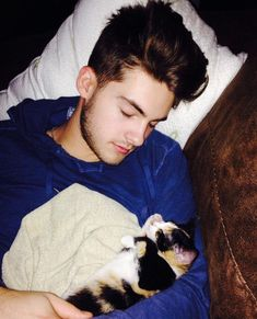Cody Christian being cute as heck with his cat Teen Wolf Cast, Teen Wolf Boys, Teen Wolf Dylan, Cute Teen Boys, Pretty Little Liars, Teen Wolf Memes, Dylan Sprayberry, Stydia, Sterek